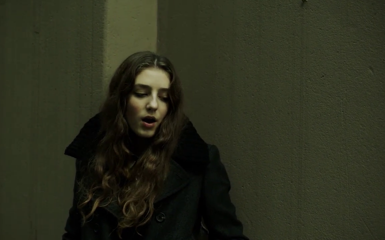 "Birdy – Videopremiere ""Light me up"""